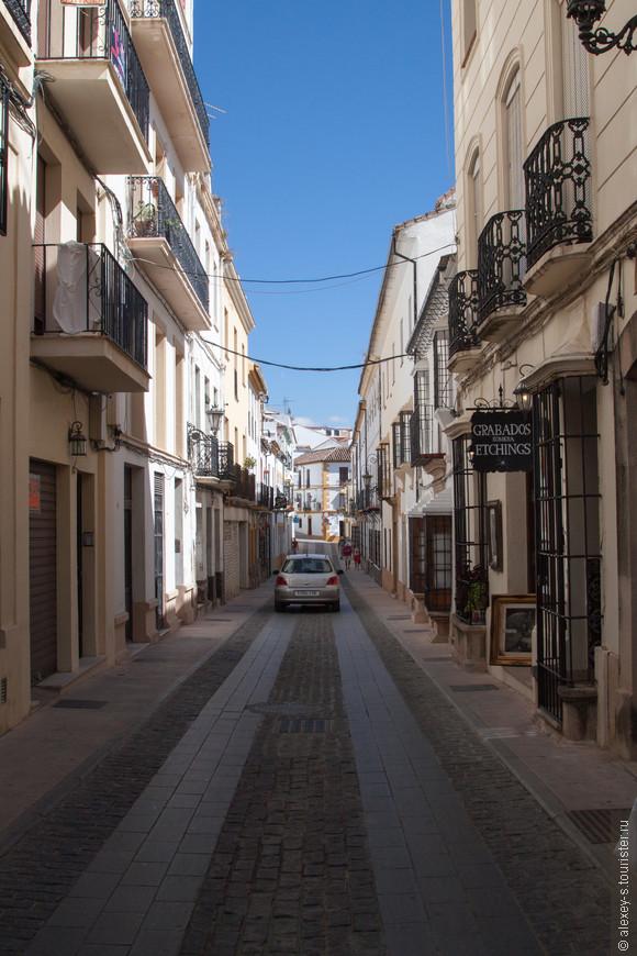 """При небольшой ширине улиц испанцы ухитряются по разному положенной плиткой или камнем обозначить проезжую часть с """"колеёй"""", тротуары."""