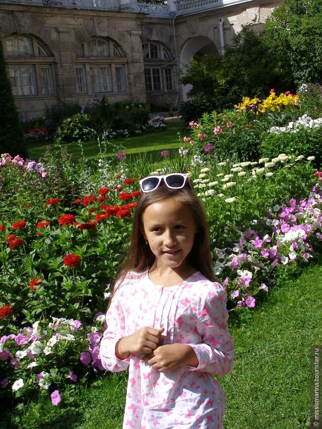 В парке разбит очень живописный Фрейлинский садик, судя по названию которого, любимое место прогулок  тогдашних фрейлин.