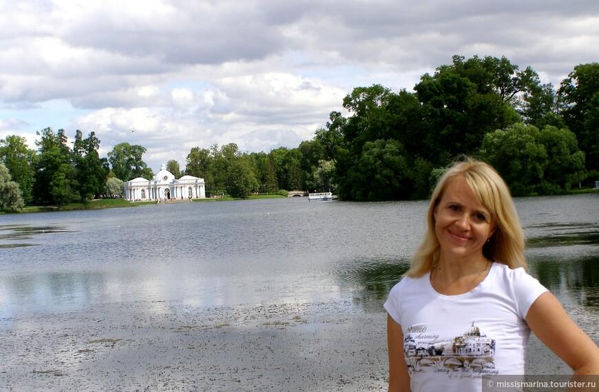 На озере  воздвигнута Чесменская  колонна в честь морских побед  в Русско-турецкой войне 1768-1774 гг.
