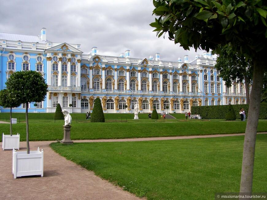 Екатерининский дворец – композиционный центр Екатерининского парка и одно из главных его украшений. К большому сожалению, дворец мы не посетили по некоторой  причине.