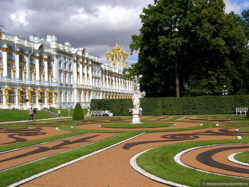 Богато украшенный фасад Екатерининского дворца c Янтарной комнатой. Вдали виден Дворцовый собор.