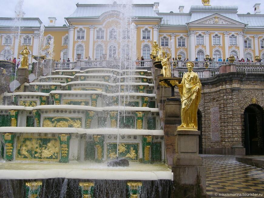 Каскад имеет три водопадные лестницы, объединенные гротом. Над ступенями боковых лестниц бьют водометы.