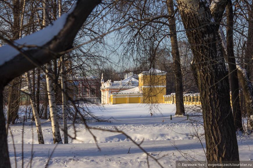Кусковский театр становится знаменит. Но не только театральные страсти кипят вокруг подмостков. Н.П. Шереметев влюблен в приму своего театра, имеющую псевдоним Жемчугова. Каков скандал - обер-камергер, сенатор и крепостная.