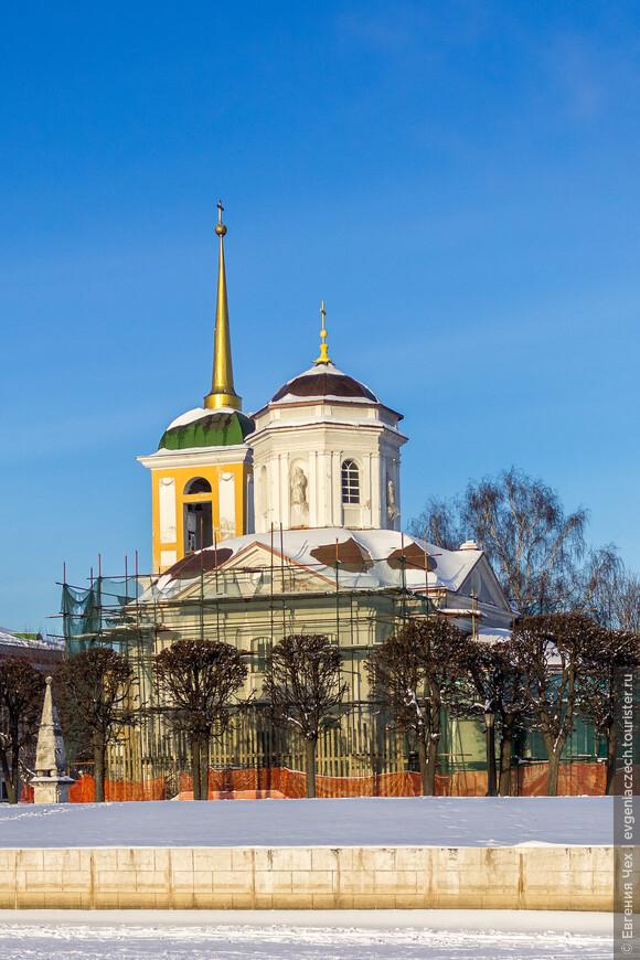 Строительство всей усадьбы было начато в 1737 году с возведения новой церкви. Со времени строительства церковь не перестраивалась и дошла до нашего времени в своем первозданном виде. Она считается одним из редких архитектурных памятников Москвы в стиле «аненнского барокко», то есть архитектурного стиля барокко эпохи Анны Иоанновны.