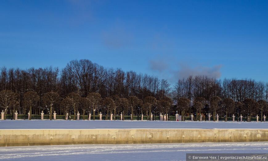 И последнее замечание - в часы закрытия музея закрыт и парк. Вот и мне пришлось через забор да и, к счастью, замерзший пруд фотографировать. Грозные охранники недобро поглядывали. ))