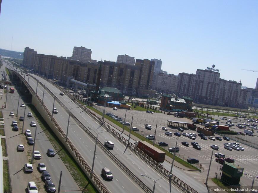 Улица Чистпольская. По правую сторону дороги  находится Казанский аквапарк, но на фото его не видно