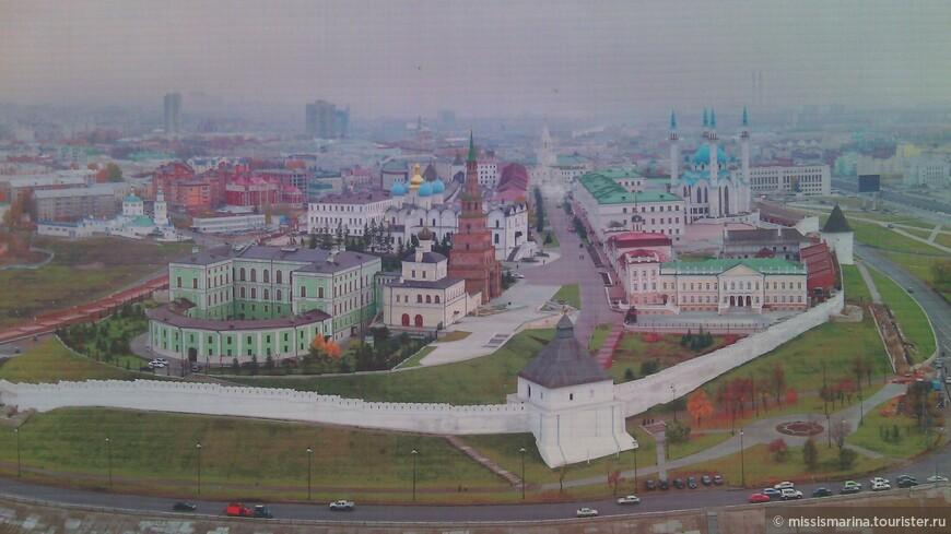 На территории Кремля   у входа много растяжек  с обзорными видами города