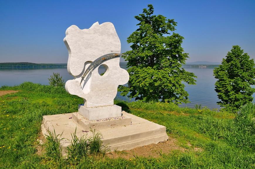 05. А вот памятник посвященный метеориту. Его называют «мужик в кепке», но вроде как это форма озера и лунка от падения.