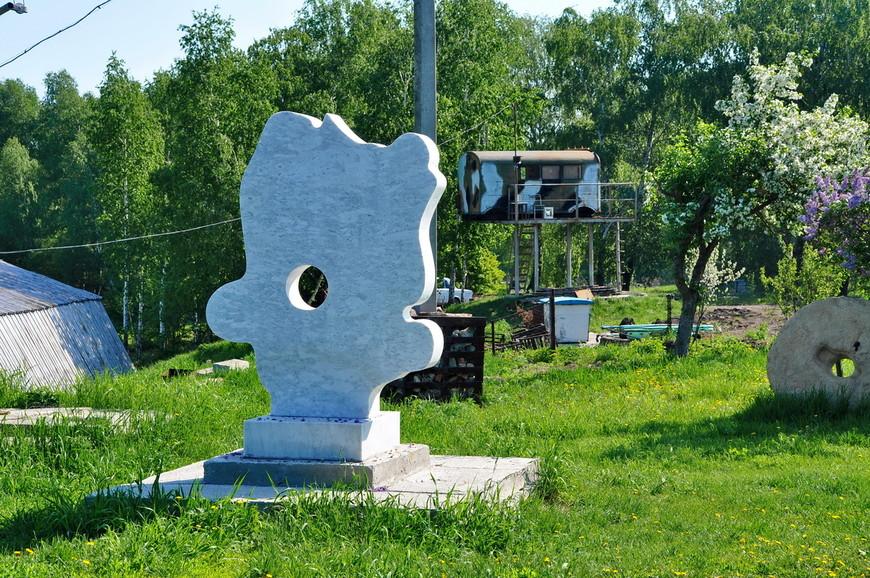 11. Как вам антураж? Кольцо от колодца, железный ангар, вагончик и памятник.