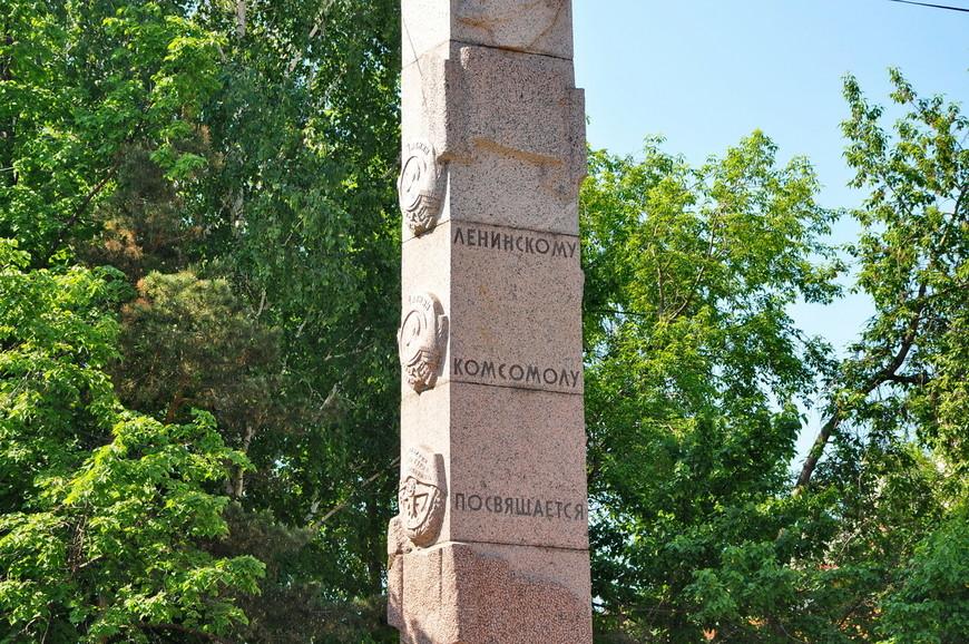 32. Сохранилось много советской атрибутики. Бессмысленные стелы, например.