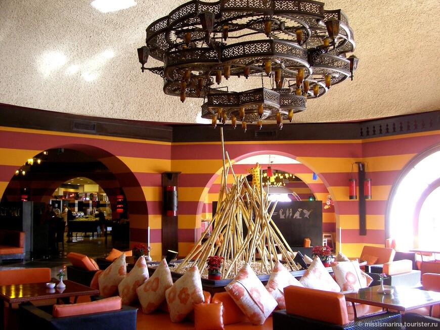 Лобби-бар был всегда полон гостей