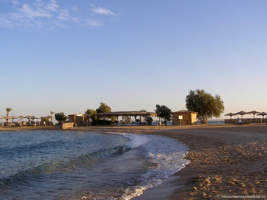 За корабликами мы наблюдали на пляже в отеле.