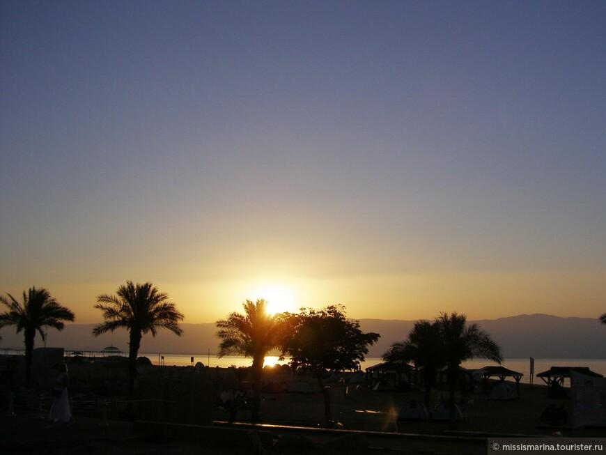Программа экскурсии была спланирована так, чтобы ранним утром мы оказались у Мёртвого моря.  Оно является одним из самых необычных и уникальных водоёмов нашей планеты. Прежде всего потому что в действительности является озером, в которое впадают воды реки Иордан и ещё несколько мелких речушек