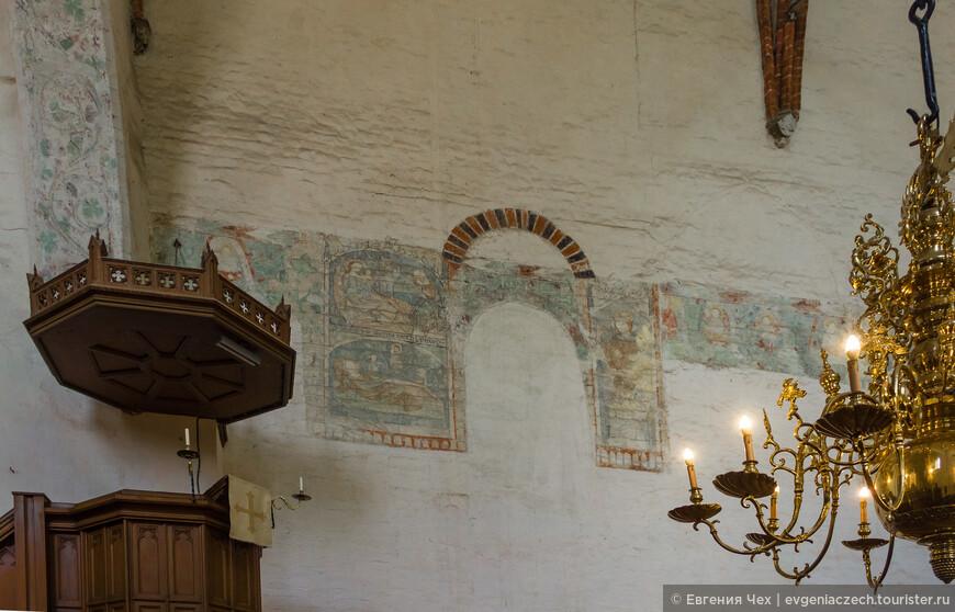 От богатых фресок сохранились только фрагменты на высоте 4 метров