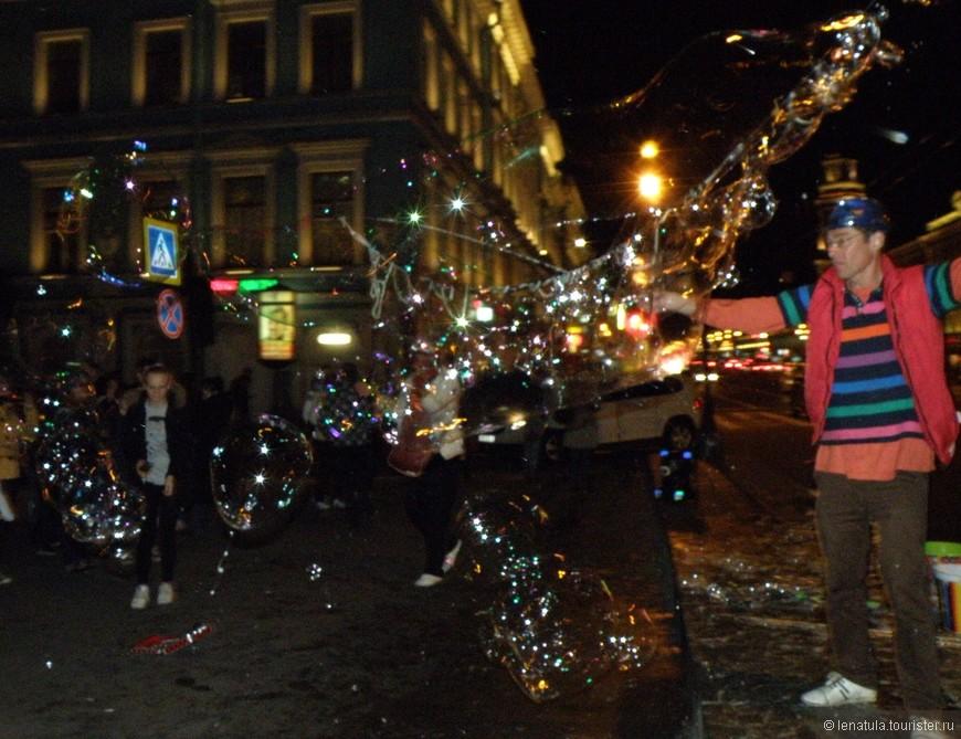 Мульные пузыри, музыканты, огненные шоу  на каждом шагу, усиливали атмосферу праздника