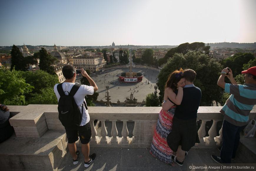 Вид со смотровой площадки площади Пополо на саму площадь и великолепный Рим. Влюбленные приходят сюда обниматься и переживать лучшие минуты жизни.