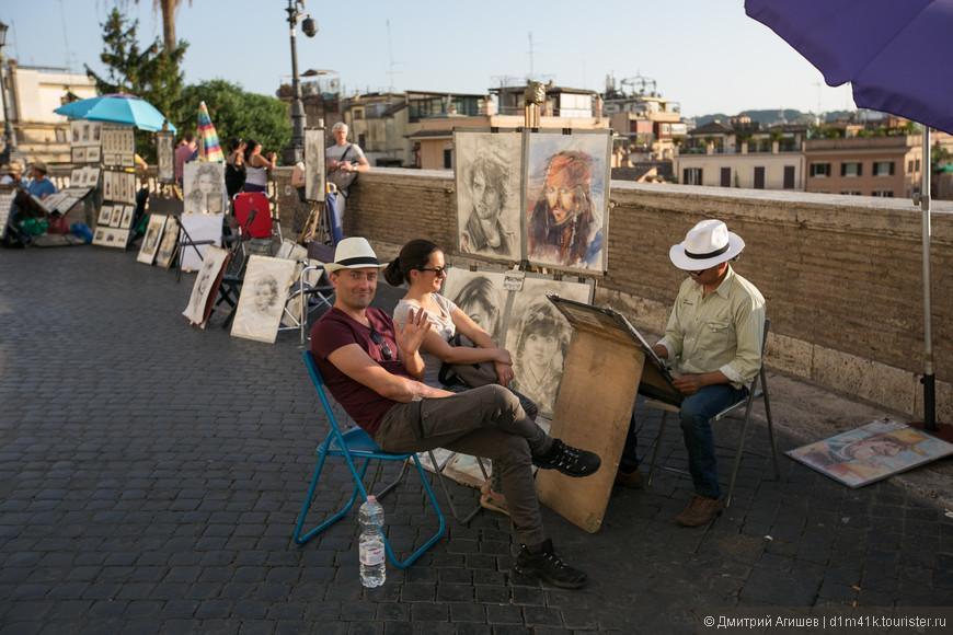 На вершине Испанской лестницы уличные художники за небольшую плату рисуют портреты и шаржи
