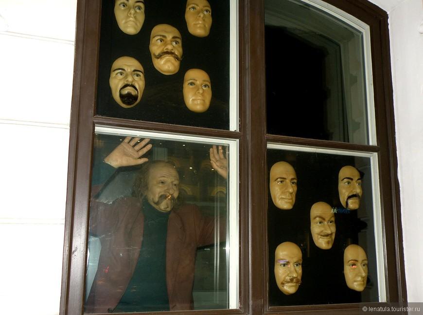 Этот восковой товариЩЧ  пугал прохожих через окно музея. Было реально страшно!!!