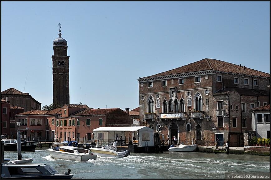 На о. Мурано можно видеть такие же красивые здания и дворцы ,как и  в Венеции.