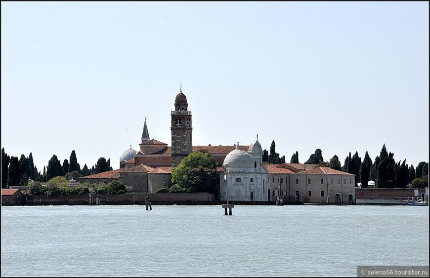 Этот морской путь проходит  по венецианской лагуне мимо острова - некрополя  Сан-Микеле.