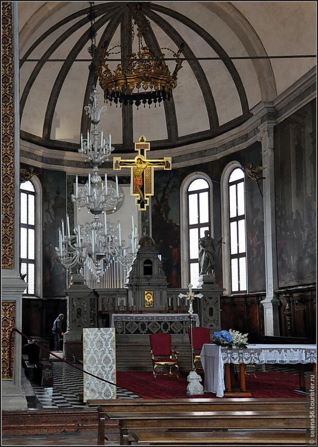 В начале нашего пути оказалась церковь Святого Петра (XY-XYI веков ). Мы с интересом осмотрели  эту красивую  базилику.