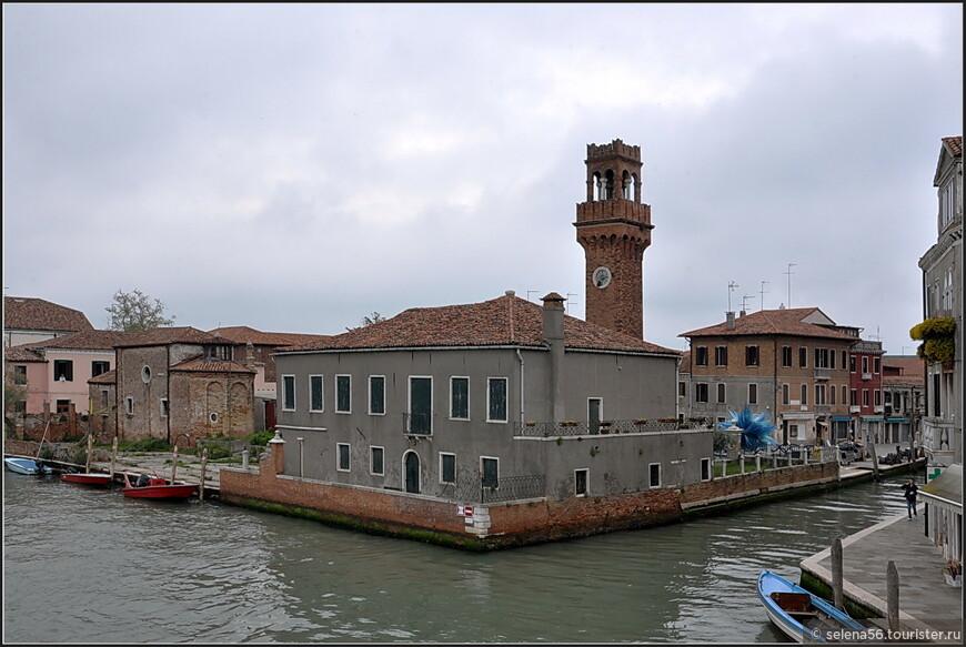 Улицы-каналы  на острове  Мурано напоминают водные  артерии  Венеции.