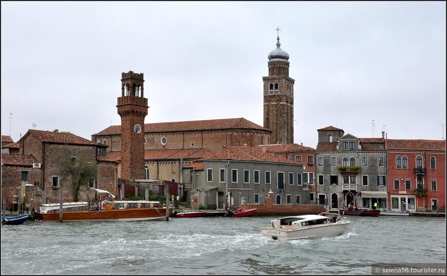 Вид на Башню Часов (Члева) . Каналы острова довольно оживлены  водным транспортом.
