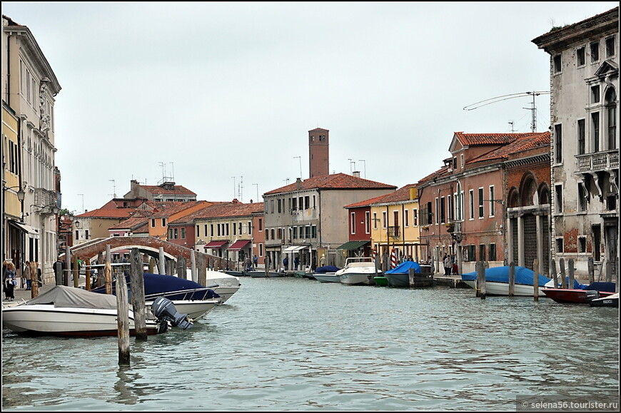 """Остров Мурано является одним из наиболее крупных островов в акватории Венецианской лагуны. Очень часто можно услышать его неофициальное название - """"малая Венеция"""". Начиная с XVI века, этот остров был местом развлечения венецианцев - здесь располагались виллы, сады, фонтаны."""
