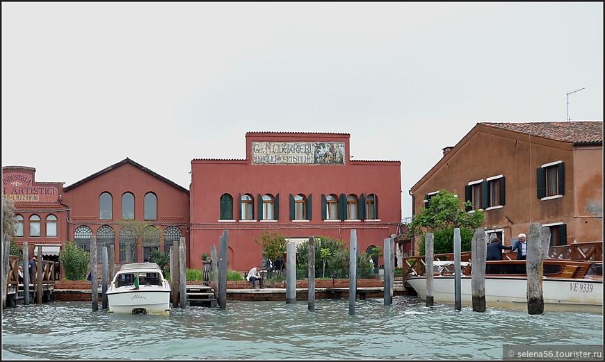 По берегам канала Стеклодувов  множество мастерских по производству  изделий  из  муранского стекла.