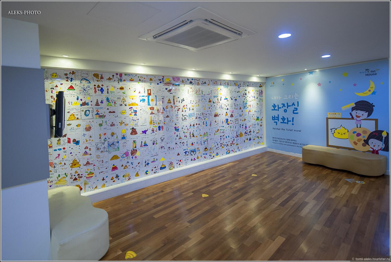 """Прочие саммиты этой организации проходили в разные годы в Сеуле, Пекине, Тайбэе, Макао, Сингапуре, Хайнане. В эту азиатскую компанию """"затесались"""" ирландский город Белфаст и американский город Филадельфия. Из этого списка понятно, что азиаты намного больше озабочены санитарией.   На этой стене, которую я бы назвал """"стеной унитазно-фекального граффити по-корейски"""", корейские дети с большой непосредственностью изобразили все, что они думают на туалетную тему. Вся стена - это как бы много кафельных плиток, на каждой из которых мы видим произведение корейского детского искусства, связанного с темой санитарии., Околотуалетная тема по-корейски (Южная Корея)"""