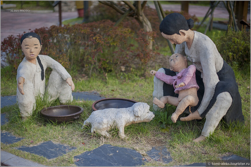 """Эта скульптурная композиция показывает, видимо, как корейские семьи с детьми решали вопросы санитарии. Только не все в ней понятно. Ну да ладно. Идем дальше... По пути - цитаты из прессы. """"В пятницу в Сеуле (Южная Корея) состоялась конференция всемирной туалетной ассоциации (The World Toilet Association). Целью данного съезда было максимальное улучшение санитарных условий, что в будущем позволит усовершенствовать гигиену в целом, а также разрушить предрассудки, касающиеся того, что происходит за закрытыми дверьми туалетных кабинок""""."""