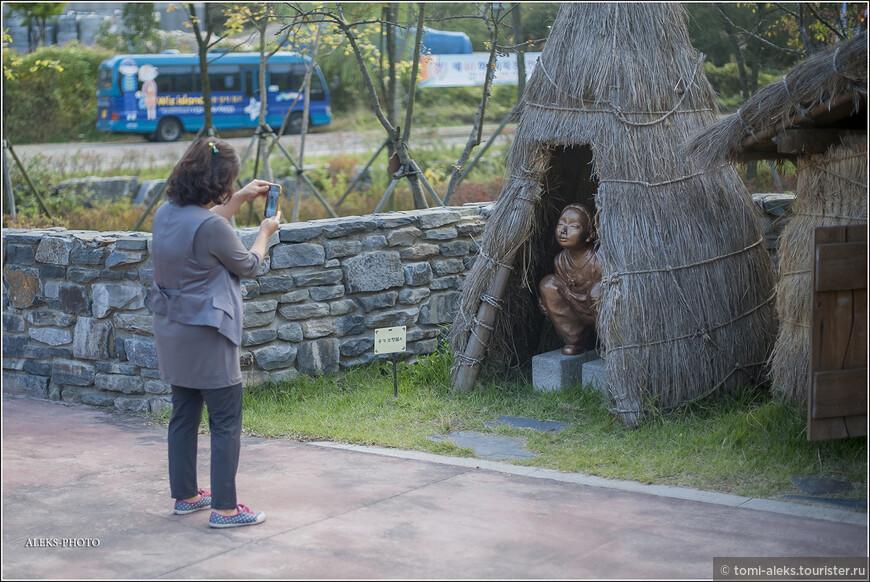 """А вот он """"деревенский корейский туалет"""", что называется, в натуральную величину. Да еще для наглядности со скульптурным изображением внутри. И еще - создатель этого музея - очень видный деятель. Продолжаем читать прессу: """"Туалетная революция даст людям надежду и принесет им счастье», — говорит Джек Сим (Jack Sim) в своем обращении к делегатам. Мистера Сима, который построил здание в форме туалета в своем родном городе Южной Кореи, единогласно избрали первым президентом новой ассоциации""""."""