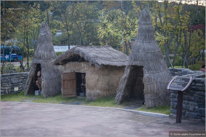 """Шедевры корейской туалетной малой архитектуры. На фото в интернете я видел, что даже взрослые дядьки любят пристроится рядышком и изобразить то, чем заняты эти персонажи. Вот такой корейский юмор! На самом деле, эти вигвамы - ступенька на пути великих преобразований. Читаем цитату: """"В саммите 2006 приняли участие более 500 делегатов более чем, из 30 стран, каждая из которых представила свои достижения в области строительства и обслуживания общественных уборных. Основной целью проводимого мероприятия явилась обсуждение модели """"Туалета будущего""""...""""."""