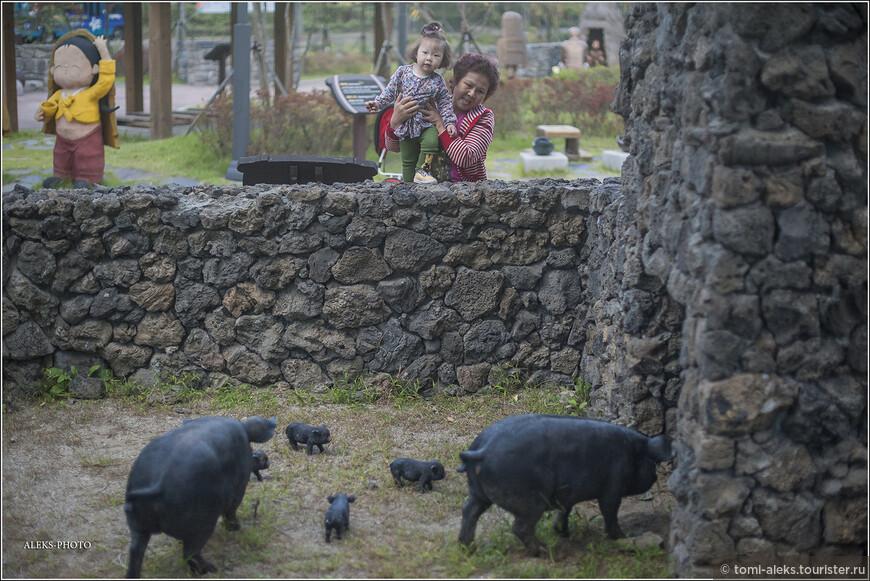 Какое отношение свиньи имеют к туалетам? Наверно, непосредственное. Эти животные, как принято считать, особенно в мусульманском мире, питаются всем, что попадется. Поэтому эти животные у мусульман считаются грязными. Корейцы - по большей части - христиане. И у них нет предрассудков по поводу свинины. Но тогда зачем этих черных хрюшек поместили рядом с туалетом?