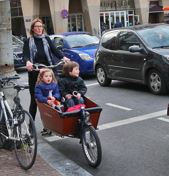 Вот так голландские матери возят своих детей, словно рикши