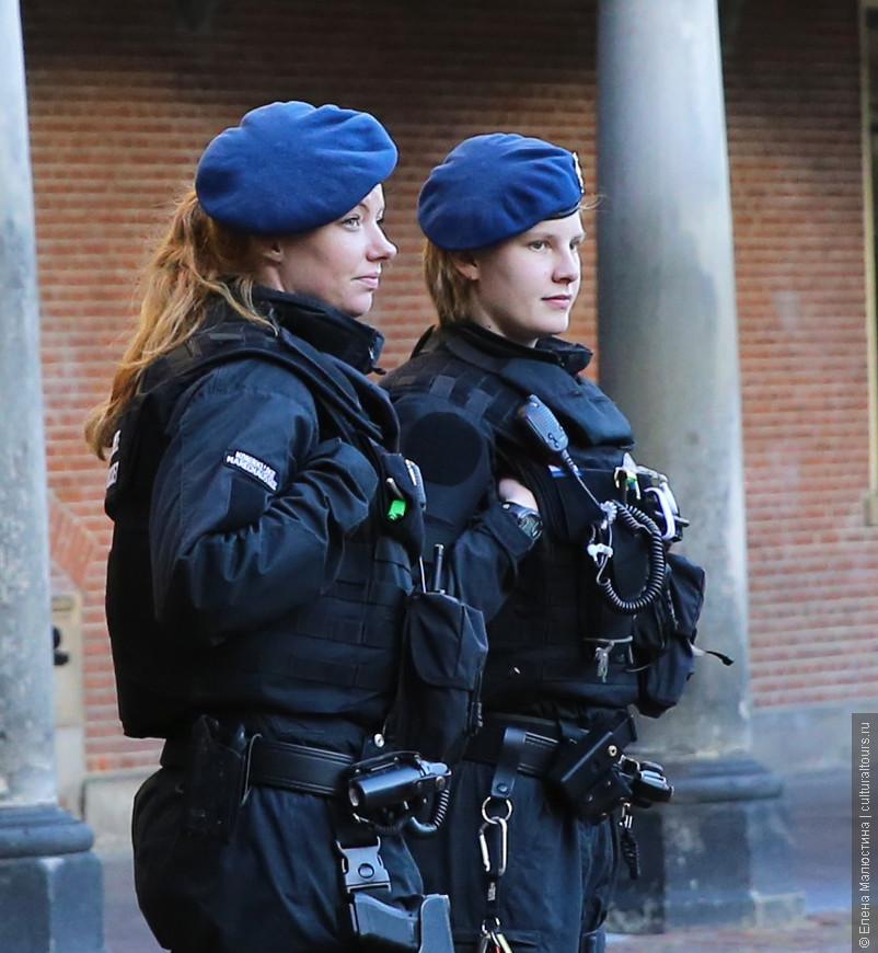 Девушка-полицейские, охраняющие Парламент в Гааге