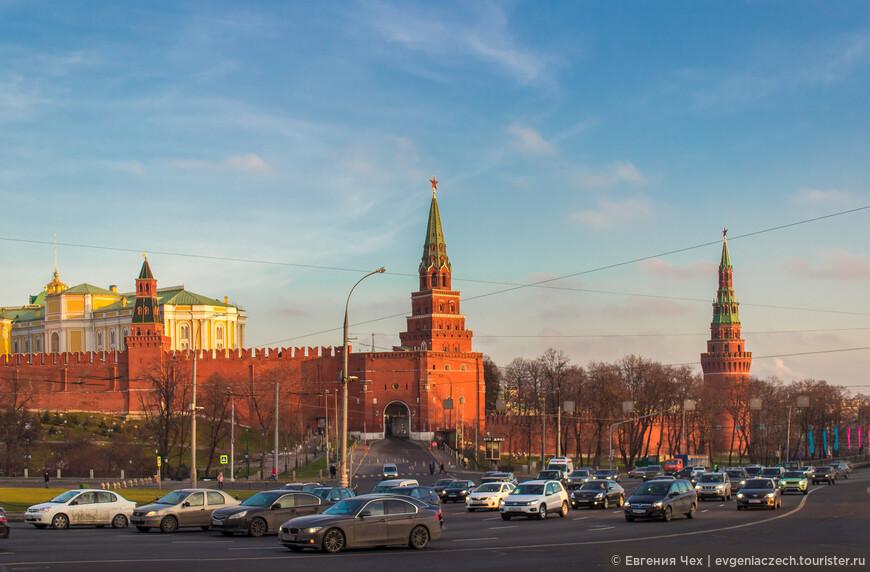 Начнем нашу прогулку мы со станции метро Боровицкая. Первое, что мы увидим - стены Кремля и, ... Вы удивитесь... Боровицкую башню