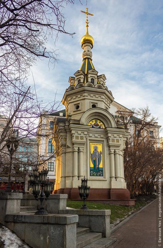 Памятная часовня была построена в 2006 г. на углу улиц Волхонка и Знаменка, на месте, где ранее располагалась церковь Николая Чудотворца или «Никола Стрелецкий», т.к. была выстроена на средства стрельцов. В 1932 г. для прокладки Сокольнической линии метрополитена храм был снесен.