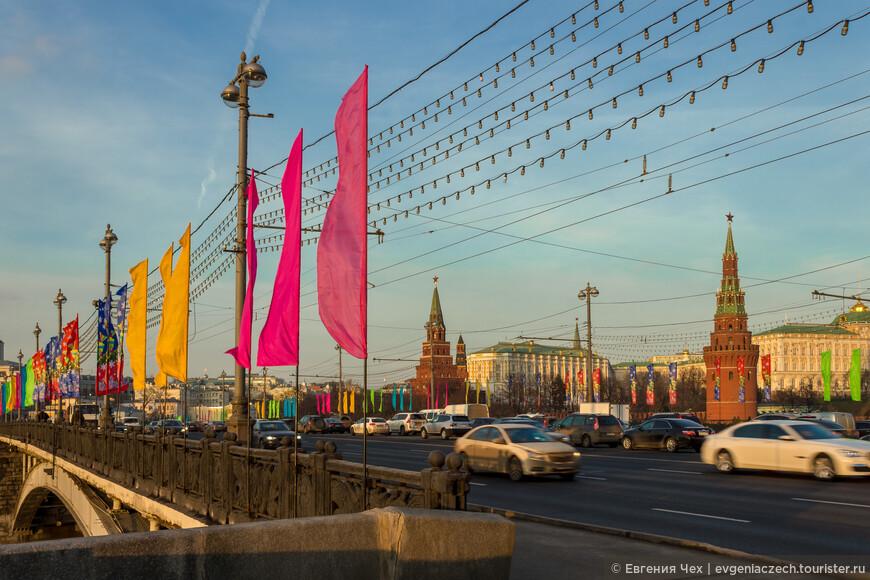 Боровиицкая (Предтечеченская) башня, выходит к Александровскому саду и Боровицкой площади, располагаясь рядом с Большим Каменным мостом. Название башни, по легенде, происходит от древнего бора, покрывавшего когда-то один из семи холмов, на которых стоит Москва.