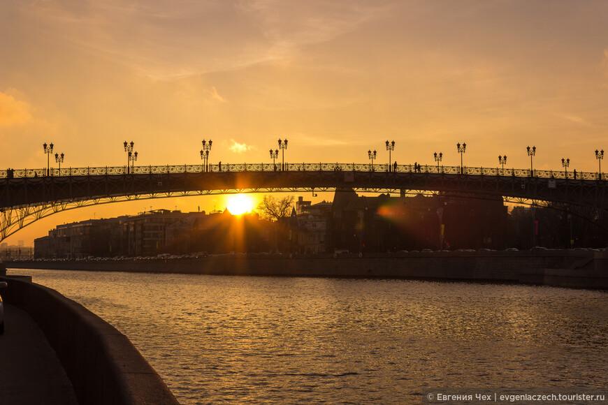 Пешеходный Патриарший мост был построен всего десять лет назад,  соединяет Пречистенскую и Берсеневскую набережные.