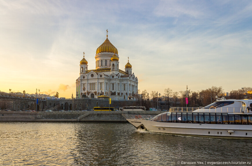 У Храма Христа Спасителя располагается причал прогулочных корабликов по Москва-реке
