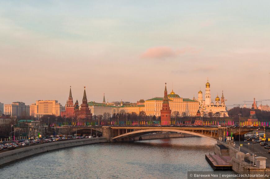 Большой каменный мост , соединяет Боровицкую площадь, улицы Моховую и Знаменку вблизи Боровицкой башни Кремля с улицей Большая Полянка на Болотном острове