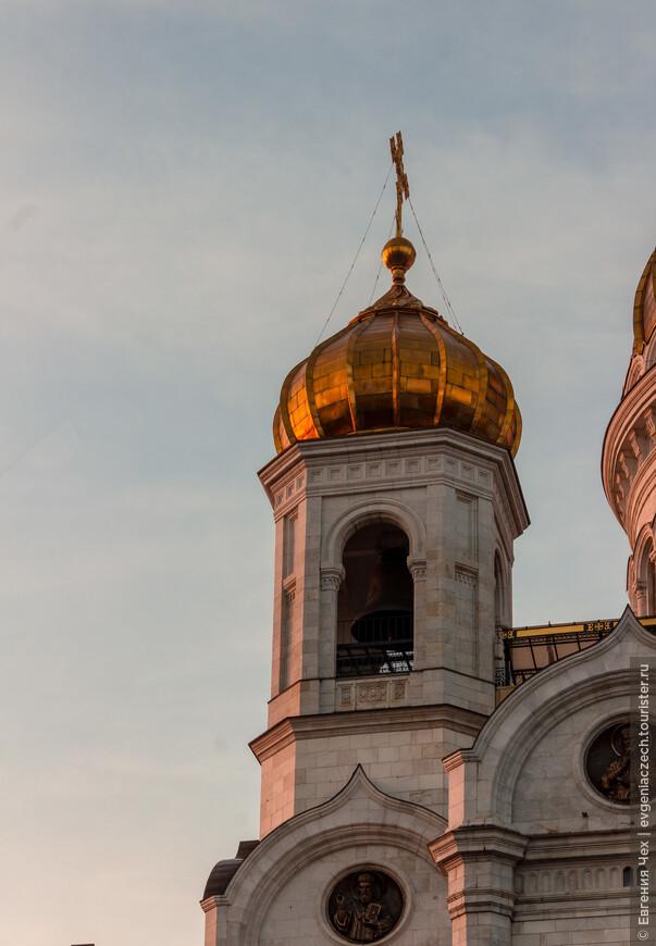 Храм, на время завершения строительства крупнейший в России, рассчитан на 10 000 человек.