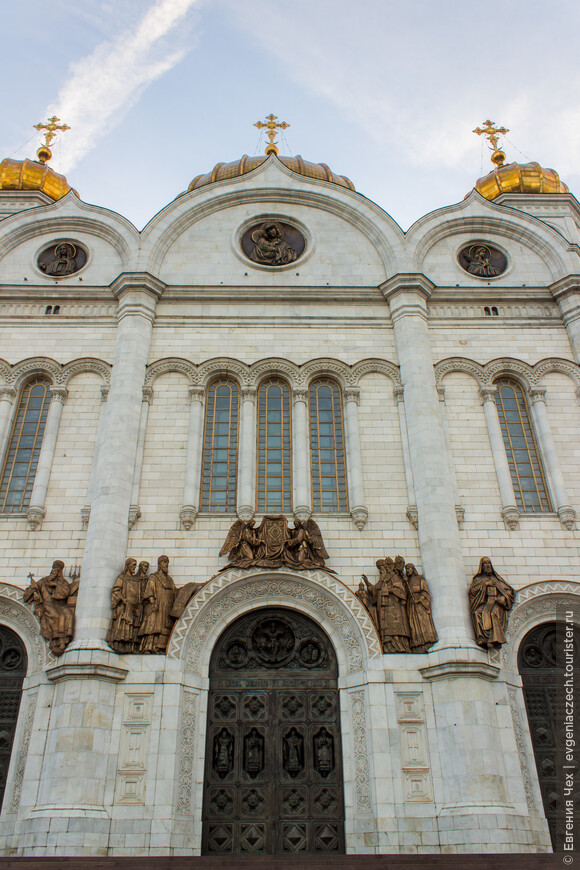 Оригинал храма был воздвигнут в память о наполеоновском нашествии по проекту архитектора К. А. Тона.