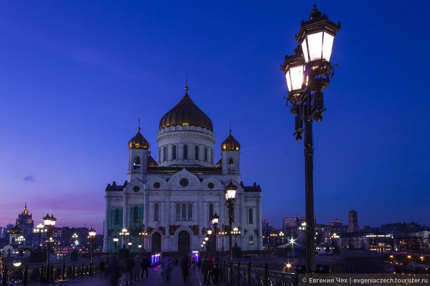 Храм Христа Спасителя — кафедральный собор Русской православной церкви. Восстановлен в 1990-х годах.