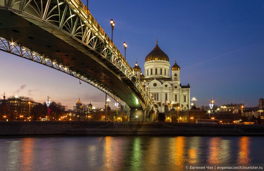 Переходим через Патриарший мост на Берсеньевскую набережную