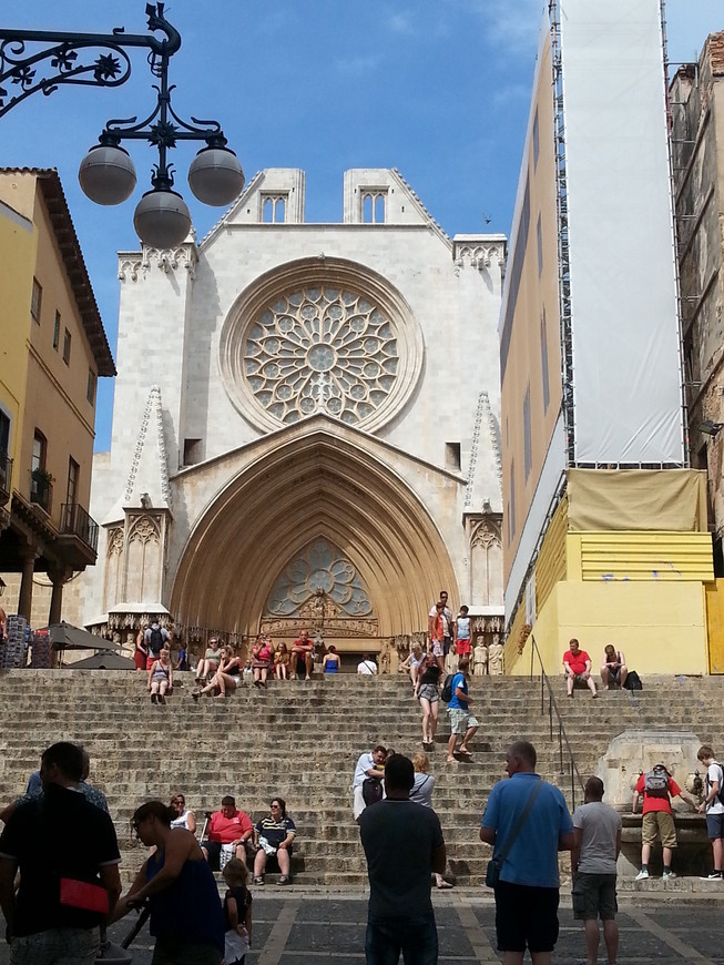 Кафедральный собор Таррагоны построен на вершине холма, в самой высокой части города, на месте бывшего римского храма императора Августа, являвшегося частью провинциального форума. Собор начали возводить в XII веке в романском стиле, на смену которому пришел готический стиль, поэтому в итоге получилось любопытное смешение романских и готических элементов. Освящение собора состоялось в 1331 году.