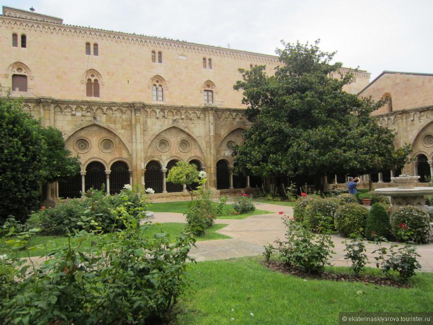 Внутренний дворик собора и красивейший романский клуатр (крытая обходная галерея) со знаменитым сатирическим барельефом «Похороны кота», а также музей собора.