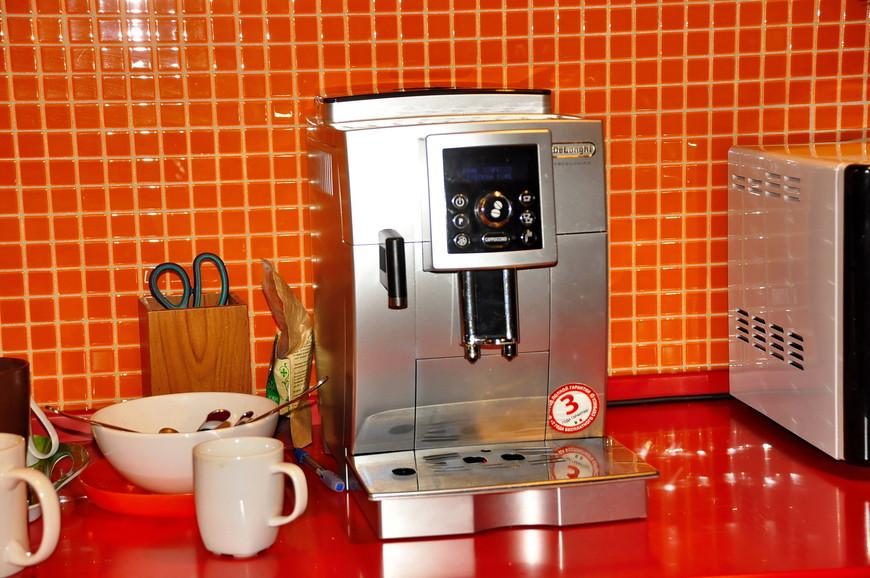 10. Кофе-машина работает на полную мощность, чтобы набрать полную туристеровскую кружку нужно «доить» ее минут 15)))