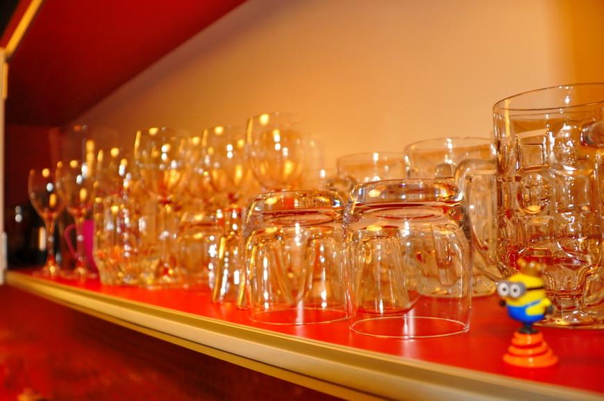 12. Полка с бокалами как в небольшом баре, но не подумайте ничего плохого, ведь, что плохого в алкоголе?